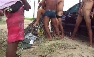Transando com amigos do marido na praia