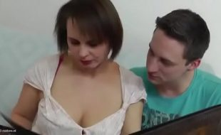 Madrasta safadona demais seduzindo enteado